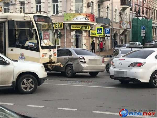 Трамвай та іномарка зіткнулися на перехресті в центрі Ростова