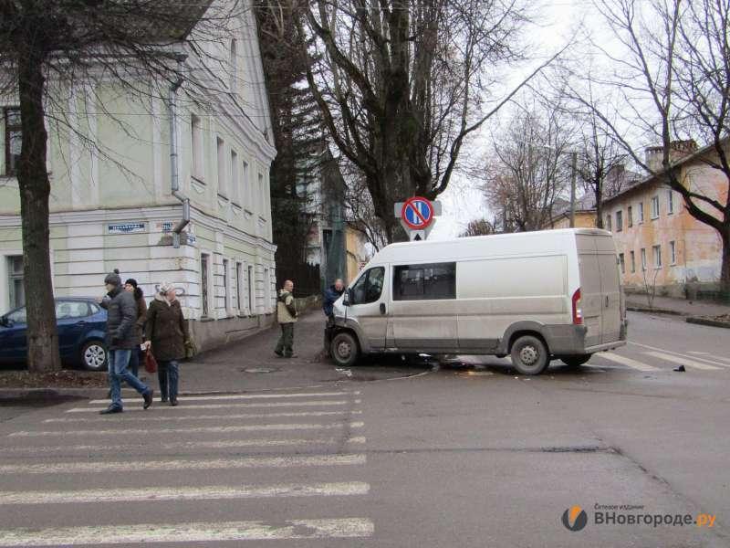 Водій мікроавтобуса врізався у музей кіно у Великому Новгороді