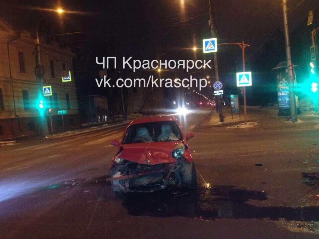 В результаті ДТП в центрі Красноярська іномарка врізалася в житловий будинок