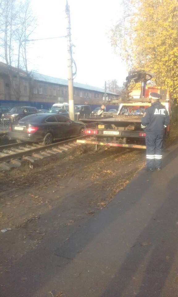 «Мерседес» застряг на нових залізничних коліях в Іванові