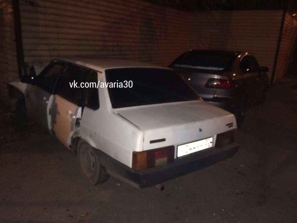 ДТП в Астрахані: «ВАЗ» на високій швидкості влетів у стіну житлового будинку