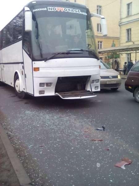 Автобус і легковик SsangYong зіткнулися на перехресті в Великому Новгороді