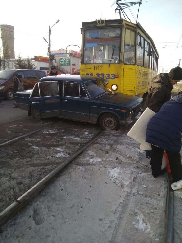 У Бійську трамвай врізався у опинилися на рейках «Жигулі»